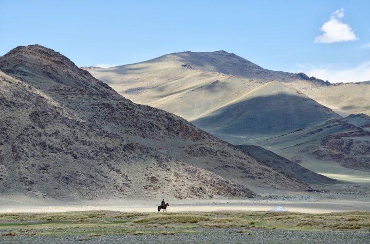 https://pixabay.com/de/photos/mongolei-berge-sommer-fahrer-pferd-1041535/
