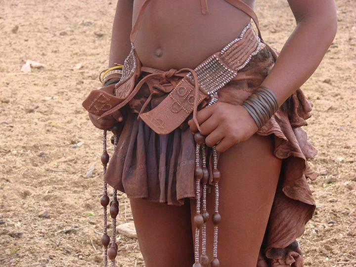 https://pixabay.com/de/photos/namibia-frau-himba-afrika-schmuck-2659798/