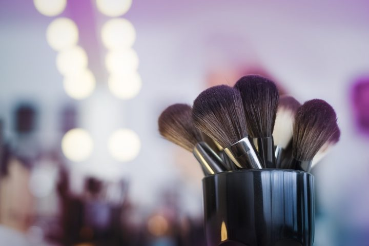https://pixabay.com/de/photos/make-up-b%C3%BCrsten-make-up-artist-2824659/