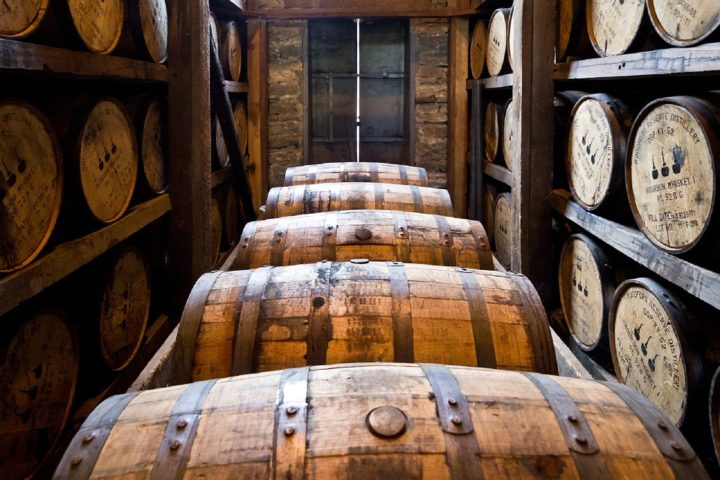 https://cdn.pixabay.com/photo/2015/01/07/16/12/distillery-barrels-591602_960_720.jpg