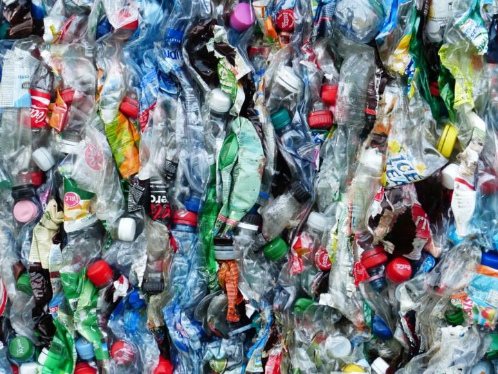 https://pixabay.com/de/photos/plastikflaschen-flaschen-recycling-115071/