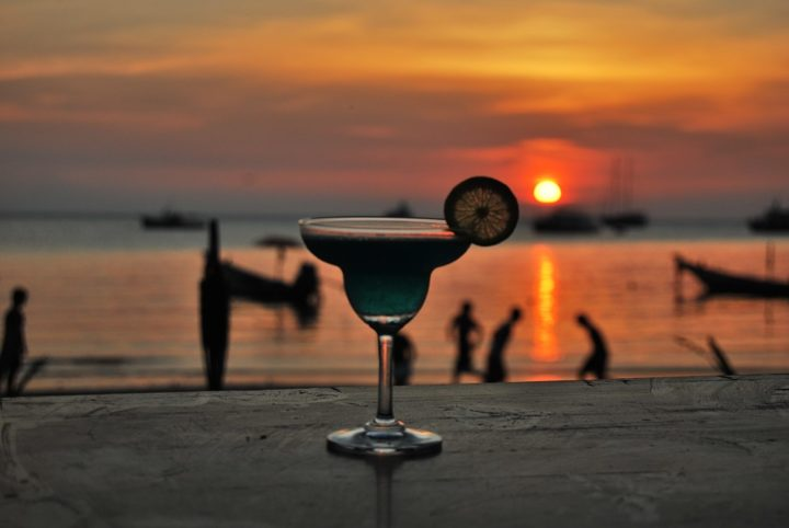 https://pixabay.com/de/photos/cocktail-strand-sonnenuntergang-1042330/