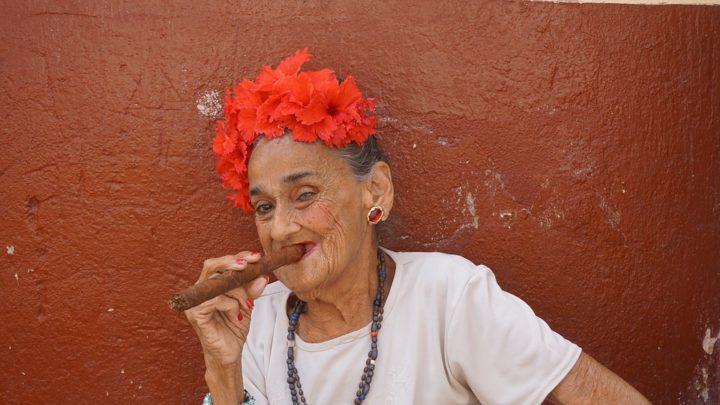 https://pixabay.com/de/photos/zigarren-frau-alte-kuba-havanna-1931942/