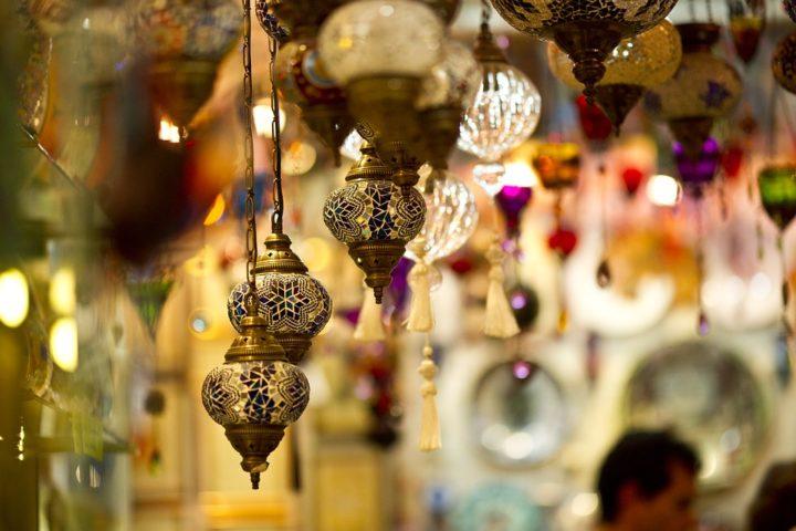https://pixabay.com/de/photos/lampe-kronleuchter-licht-souvenirs-2381617/