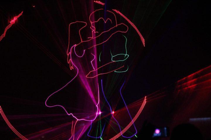 https://pixabay.com/de/photos/lasershow-laser-m%C3%A4dchen-junge-paar-539583/