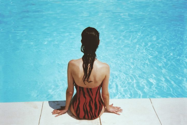 https://pixabay.com/de/photos/frau-sitzen-am-pool-schwimmen-918532/