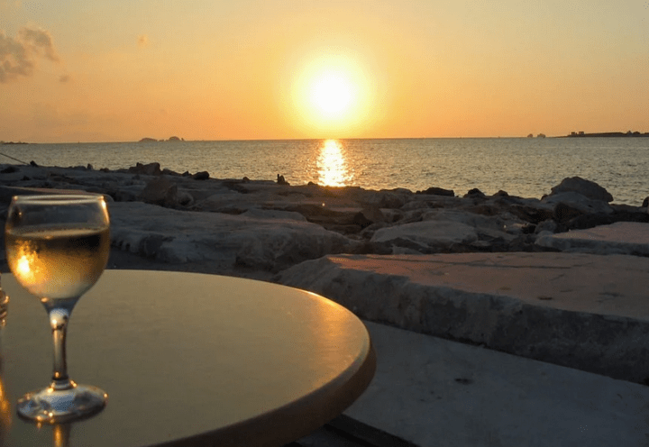 https://pixabay.com/photos/sunset-sea-wine-glass-white-wine-114666/