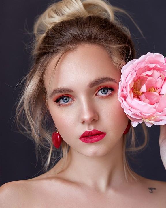 https://pixabay.com/de/photos/frau-m%C3%A4dchen-sch%C3%B6nheit-blond-4837854/