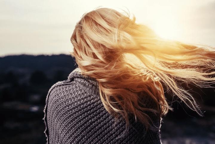 https://pixabay.com/de/photos/m%C3%A4dchen-haar-blasen-blondine-frau-1246525/