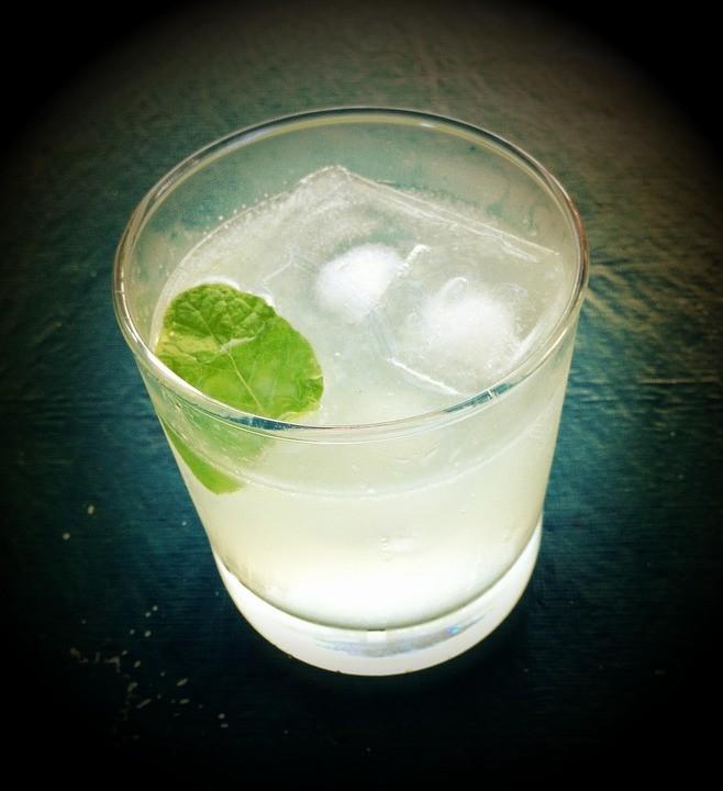 https://pixabay.com/de/photos/gin-tonic-trinken-happy-hour-grunge-507439/
