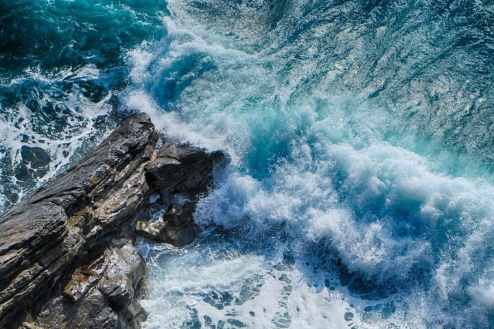 https://pixabay.com/de/photos/meer-onda-meer-sturm-cliff-nass-4242303/