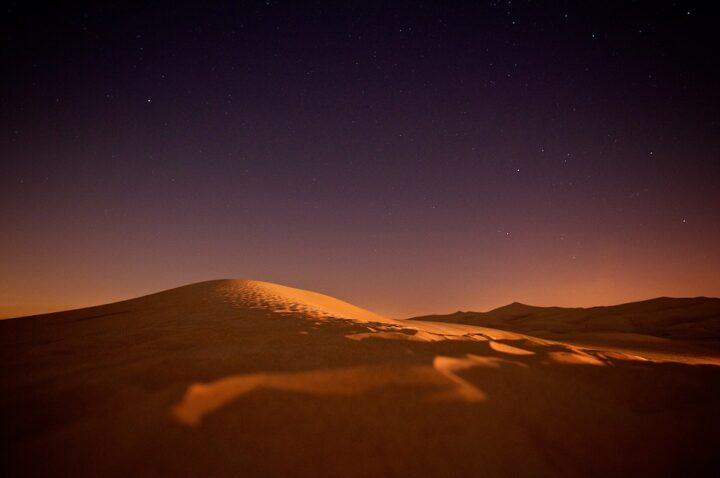 https://pixabay.com/de/photos/sahara-nightsky-sterne-nacht-d%C3%BCne-336490/