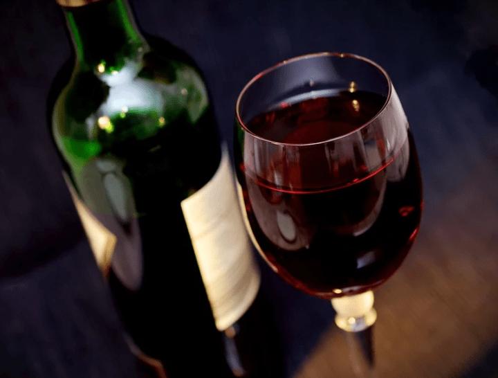 https://pixabay.com/de/photos/wein-rotwein-glas-trinken-alkohol-541922/