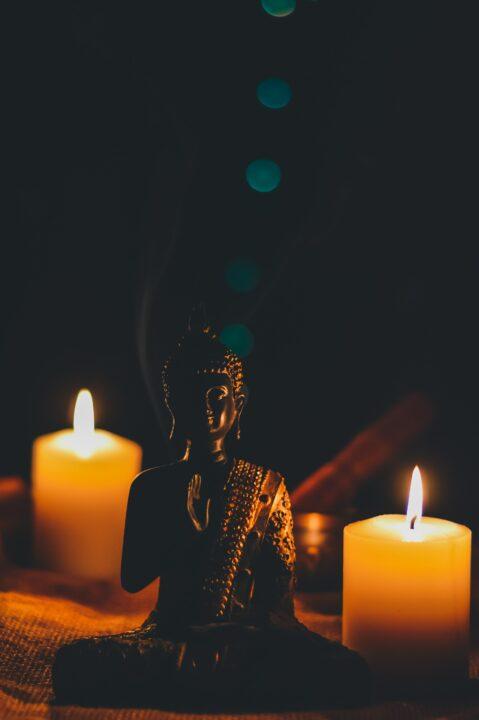 Sitzender Buddha mit Kerzen