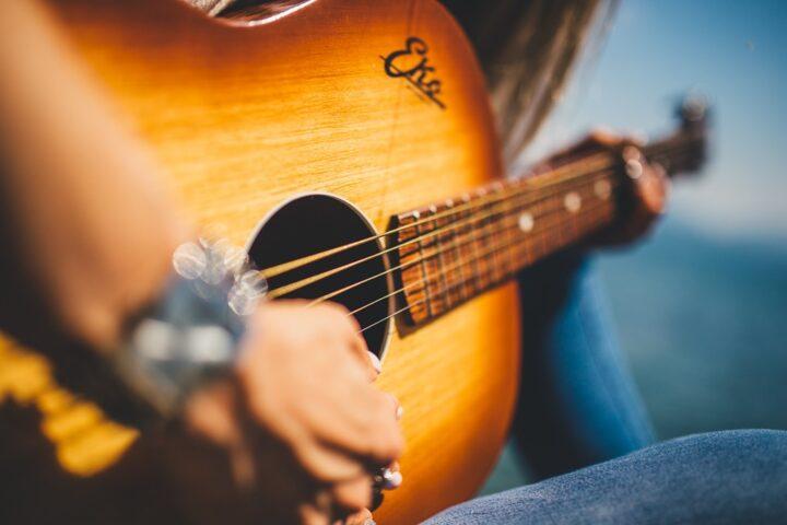 https://pixabay.com/de/photos/gitarre-musik-weiblich-m%C3%A4dchen-839168/