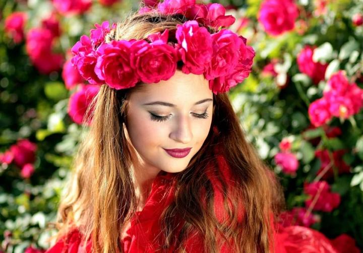 https://pixabay.com/photos/woman-roses-flowers-wreath-beauty-1403418/
