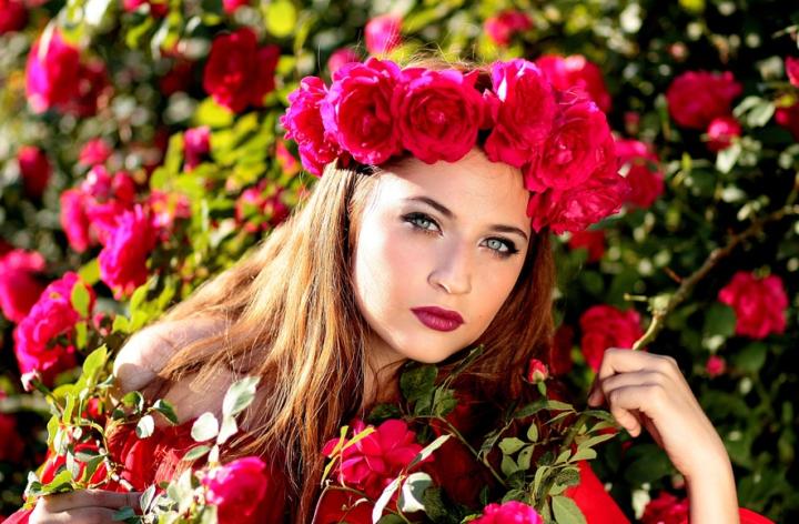 https://cdn.pixabay.com/photo/2016/05/19/17/08/woman-1403417_960_720.jpg