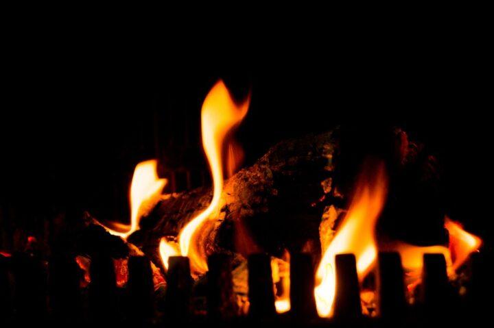 https://pixabay.com/photos/camp-fire-fireplace-fire-flames-384597/