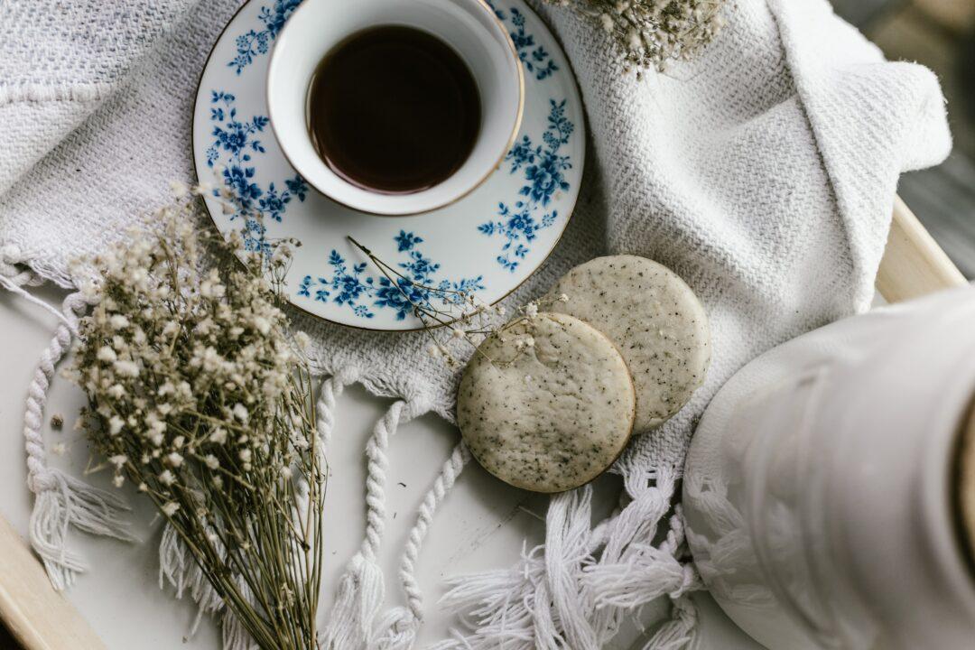 Tee, Gebäck und Blumen